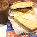 写真: 2つのサンド チーズハンバーグとたまごサラダ