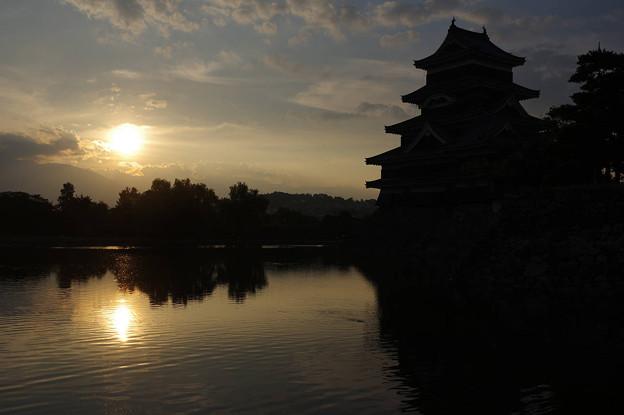 s1563_松本城天守閣南東側と夕陽