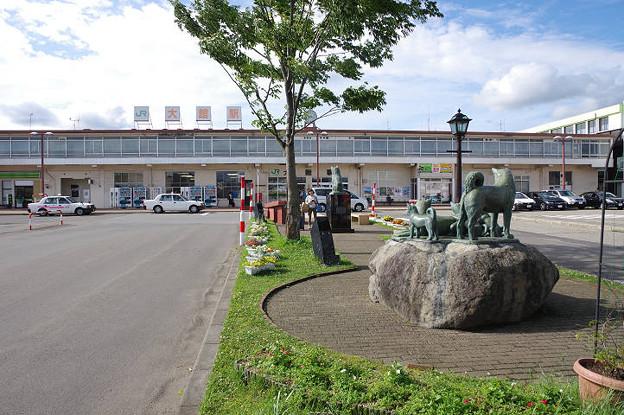 s0471_大館駅と秋田犬の像