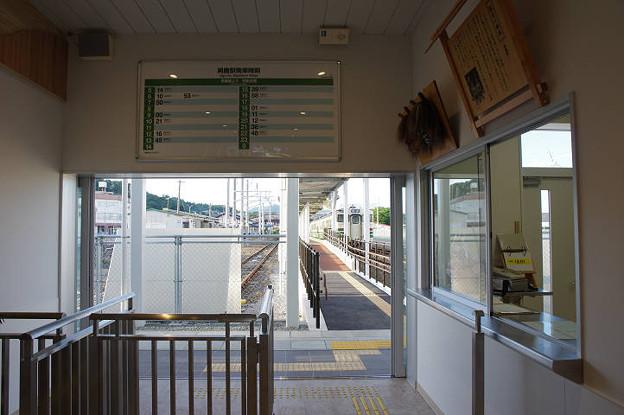 s0980_男鹿駅改札口_ホーム側に充電架線