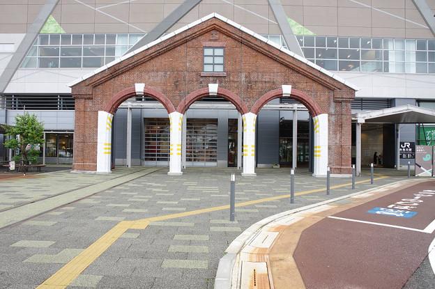 s7134_糸魚川駅アルプス口のレンガ車庫モニュメント