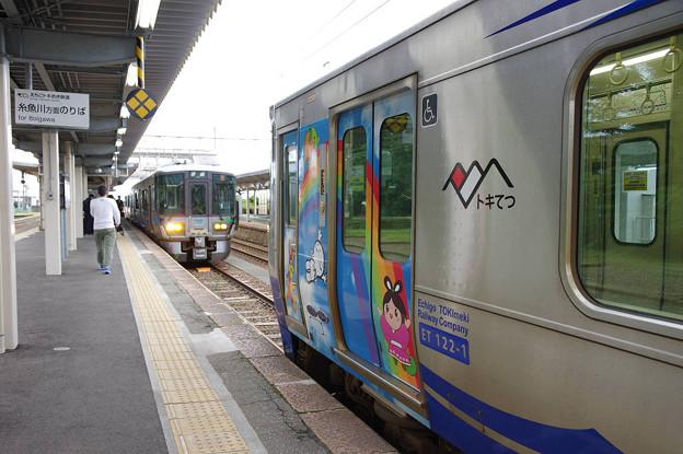 s7190_泊駅2番ホームで同一線路上に2列車が入線_あいの風列車接近