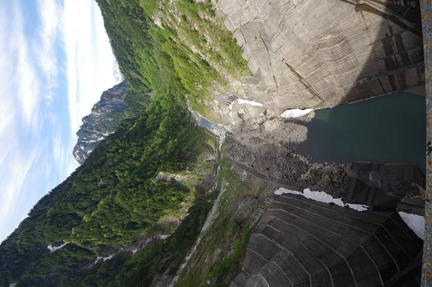 s7874_黒部ダムの下部を望む