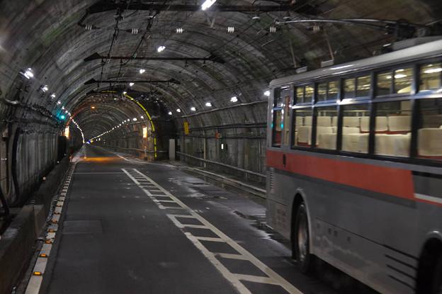 s7961_関電トロリーバス前面車窓_単線交換車両