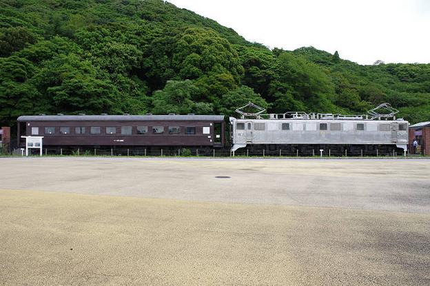 s2188_オハフ33488とEF301展示_関門海峡めかり駅前