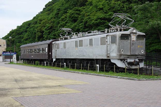 s2191_オハフ33488とEF301展示_関門海峡めかり駅前