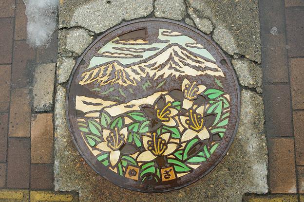 s8993_遊佐町マンホール_カラー