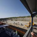 s1147_北大東島江崎港で人輸送ゴンドラをクレーンで吊り下げ移動