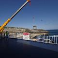 s1153_北大東島江崎港で人輸送ゴンドラをクレーンを戻す