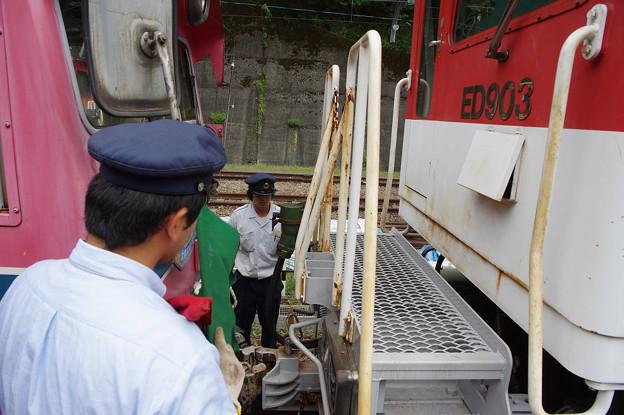 sA117_大井川鐡道207列車後部にED90を連結作業