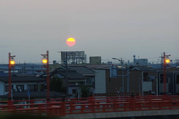 s6885_東海道本線車窓_枇杷島~清州間_日の出_t