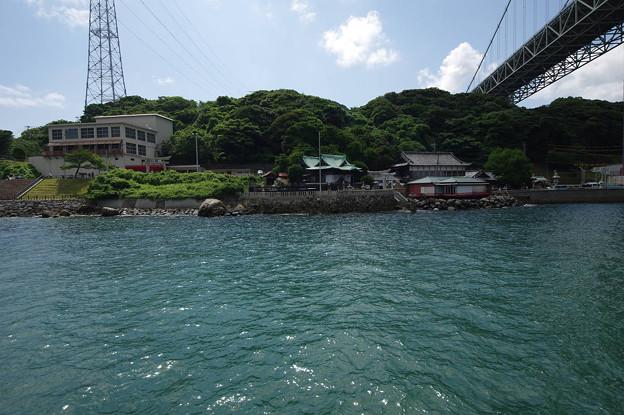 s6018_関門国道トンネル門司側人道口・和布刈神社_海上から