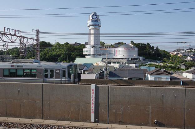 s8045_JR山陽本線上り快速と明石市立天文科学館_人丸前駅から