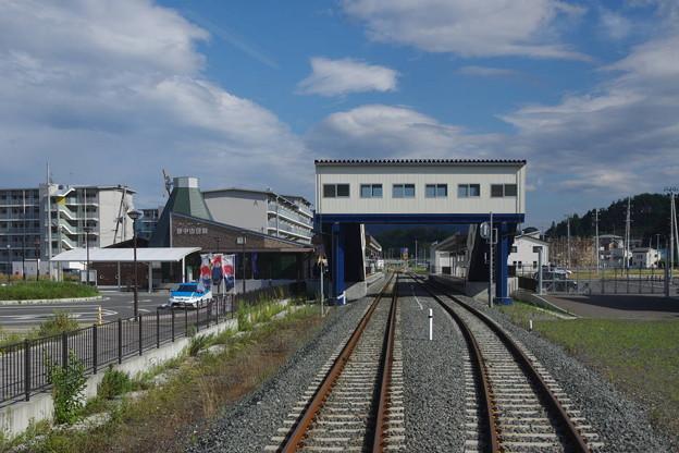 s9047_陸中山田駅駅舎とホーム_c