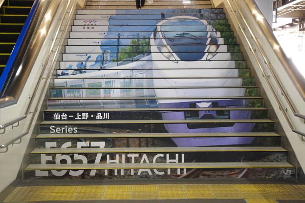s7402_仙台駅階段_E657系ラッピング