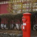 写真: 赤い校舎とポスト