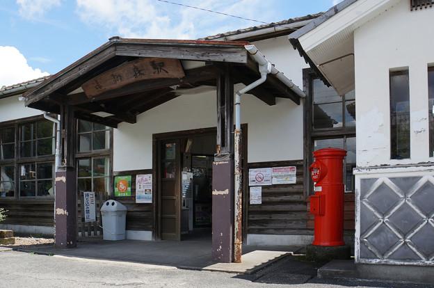 レトロ駅舎とポスト