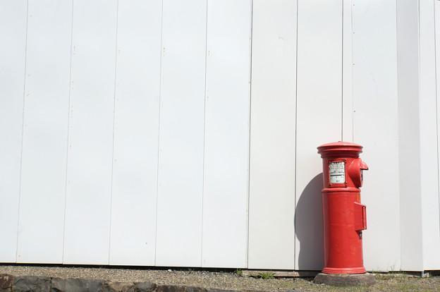 赤いポストと白い壁