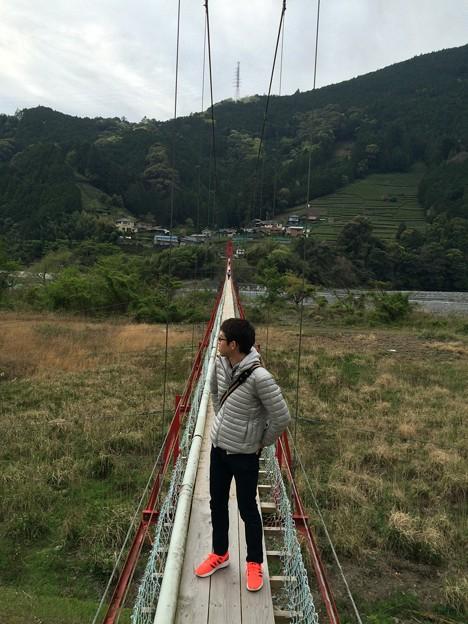 対岸までかかる吊り橋の上で