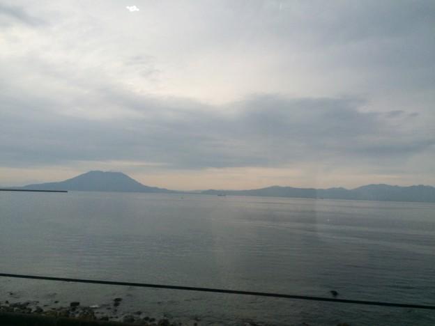 車窓から見える桜島と大隅半島