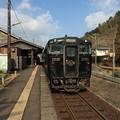 Photos: 大角横川駅に停車中の特急「はやとの風」