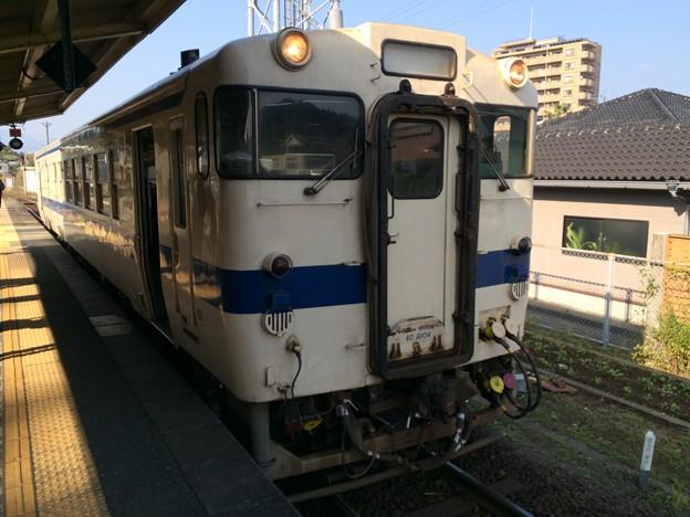 油津駅に到着した快速列車