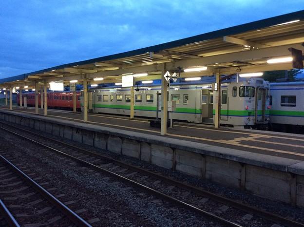 新得駅に停車中の普通列車