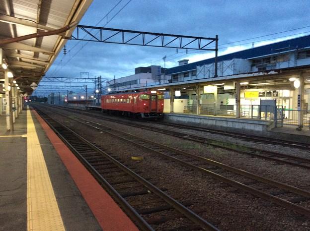滝川駅にて発車を待つ普通列車