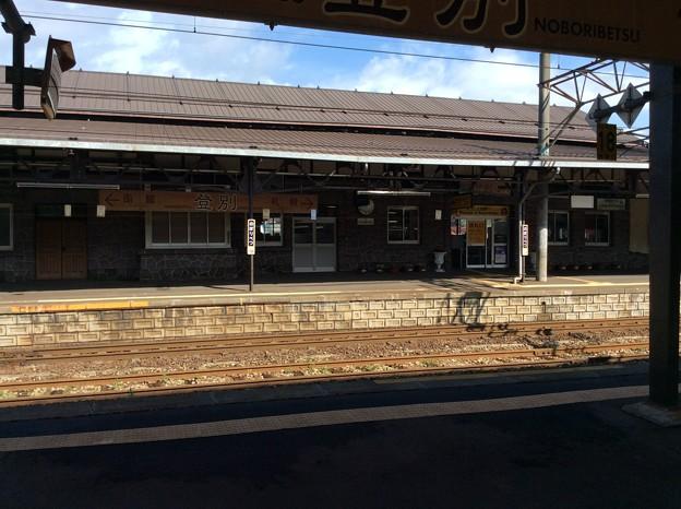 登別駅のホームと駅舎