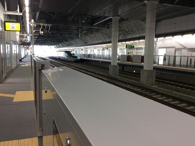 奥津軽いまべつ駅に新函館北斗方面行きのはやぶさが入線1
