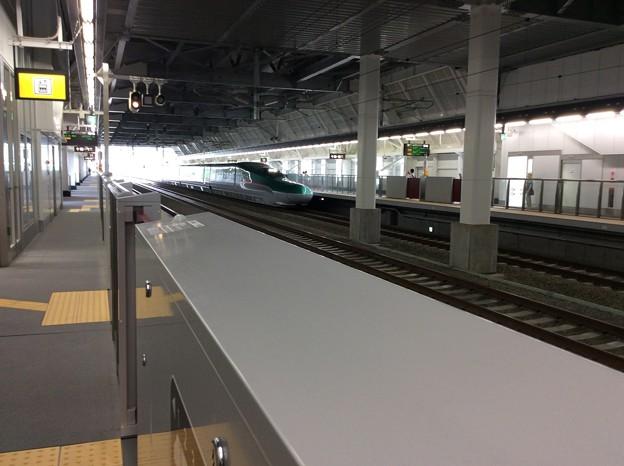 奥津軽いまべつ駅に新函館北斗方面行きのはやぶさが入線2