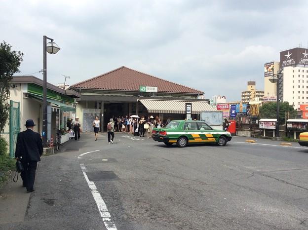 鶯谷駅にてタクシーを待つ女性の行列