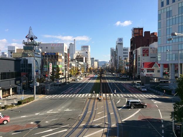 豊橋駅から路面電車の鉄路を望む