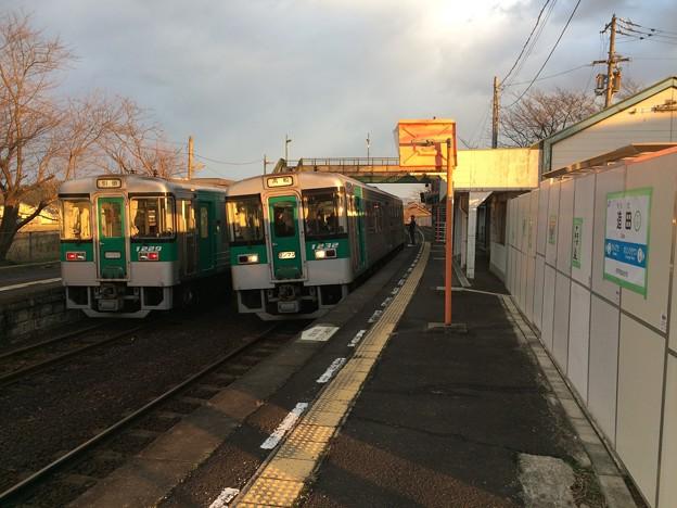 造田駅で普通列車のすれ違い