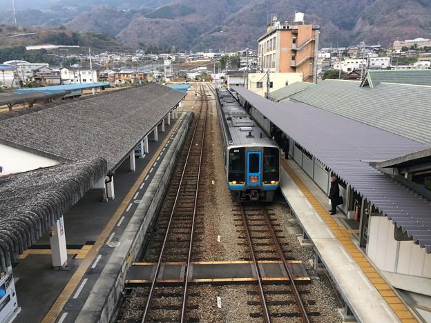阿波池田駅にて発車を待つ特急列車