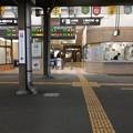 徳島駅1番ホームから改札口を見る