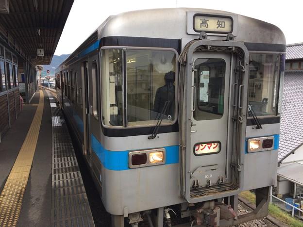 安芸駅に停車中の普通列車高知行き
