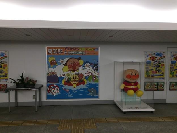 高知駅ではアンパンマンがお出迎え