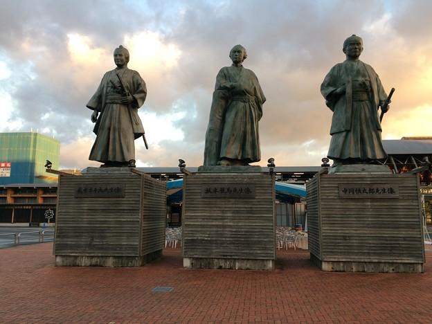 午前7時半、高知駅前 3人の志士