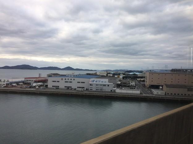 坂出市内から瀬戸大橋が見える