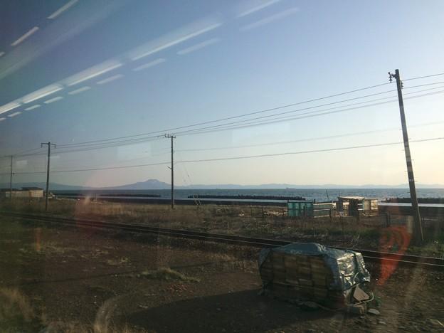 Photos: 函館本線の車窓4 ~伊達市内 噴火湾と渡島駒ヶ岳~