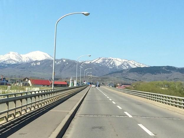 新十津川町へと至る橋ときれいな山並