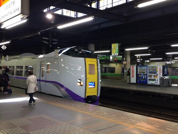 特急スーパー北斗函館行き ホームに到着