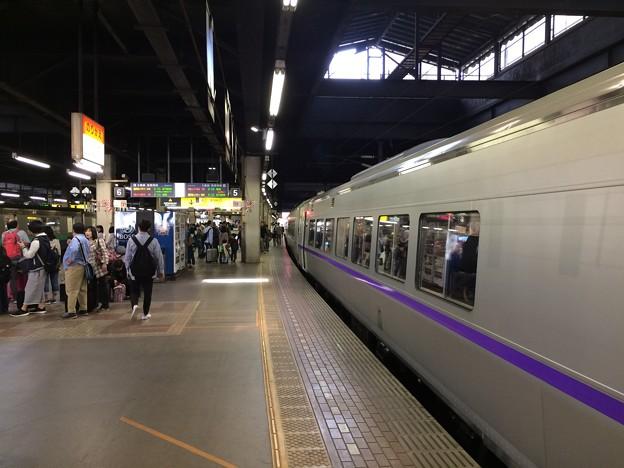 特急スーパー北斗と札幌駅5番ホーム