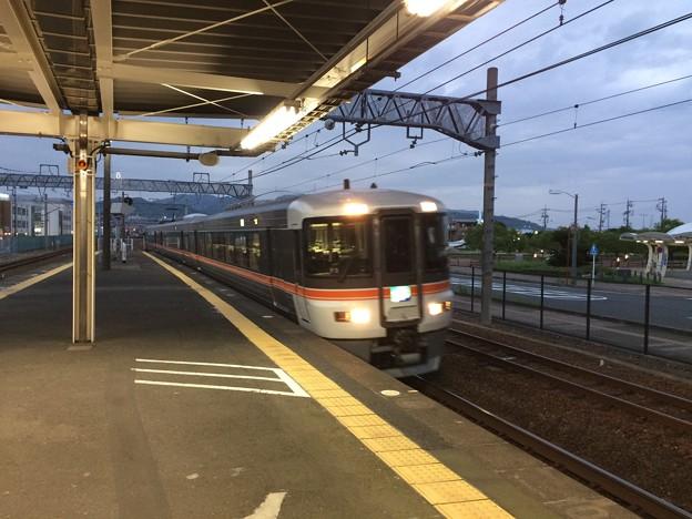 清水駅に入線する特急ふじかわ