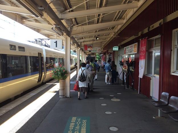 和倉温泉駅1番ホームに停車
