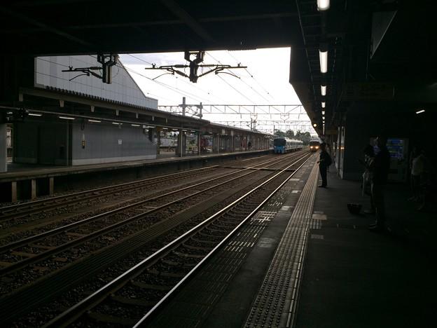 高岡駅に富山方面電車が進入