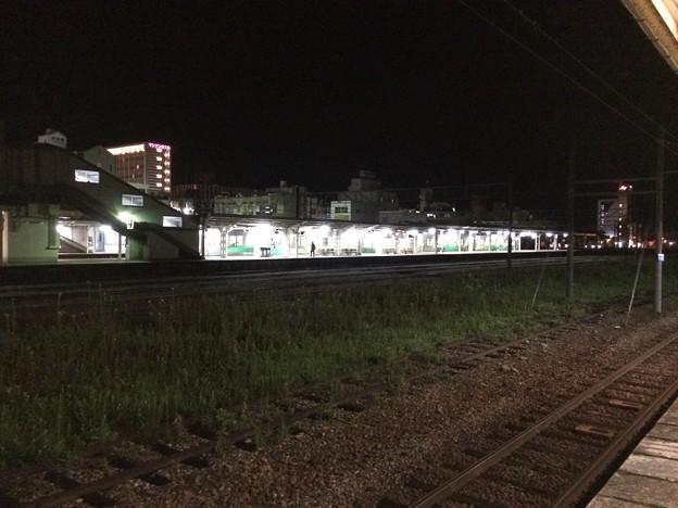 富山地方鉄道新魚津駅から見た、あいの風とやま鉄道魚津駅を眺める