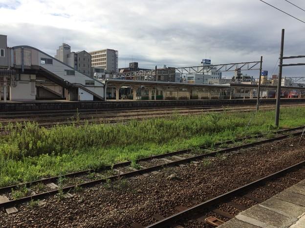 朝、富山地方鉄道新魚津駅からあいの風とやま鉄道魚津駅を眺める