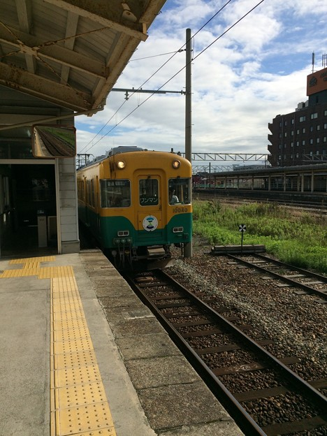 富山方面の普通電車が到着